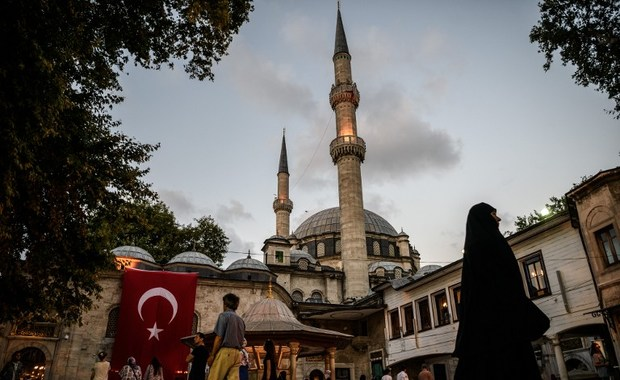 A Turkish national flag is seen on Eyup sultan mosque on July 26, 2016 in Eyup district in Istanbul, following the failed military coup attempt of July 15.  Two Turkish generals serving in Afghanistan have been detained in Dubai on suspicion of links to the July 15 failed coup against President Recep Tayyip Erdogan, a Turkish official said on July 26. / AFP PHOTO / OZAN KOSE