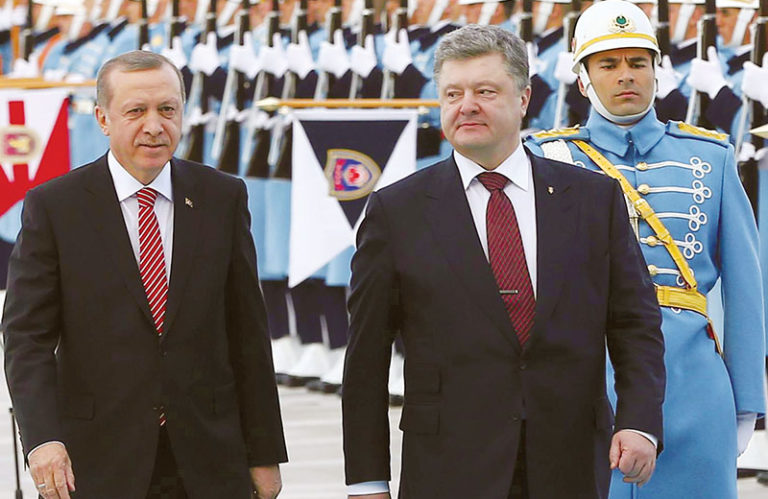 Turkey's President Recep Tayyip Erdogan (L) welcomes Ukraine's President Petro Poroshenko (R) as they review a Guard of Honour during an official welcoming ceremony  in Ankara, on March 9, 2016. / AFP PHOTO / ADEM ALTAN